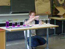 Ein Schüler teilt die Wassermengen.