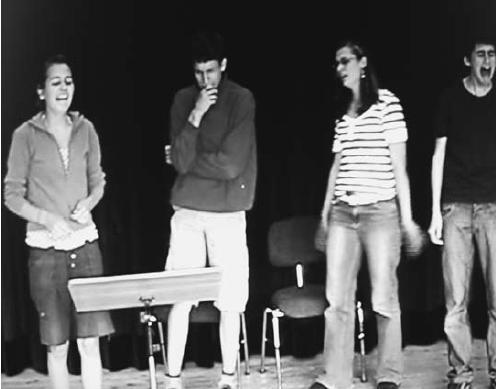 Eine Gruppe bei der Aufführung eines Hörstücks.