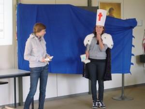 Schülerinnen im szenischen Spiel