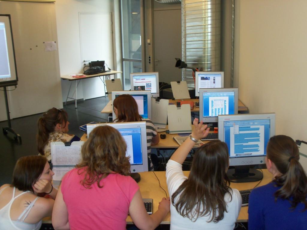"""Arbeit am Computer gehört natürlich heute auch zur Zeitungsherstellung und also auch ins Lehrstück """"Unsere Abend-Zeitung"""" UAZ"""